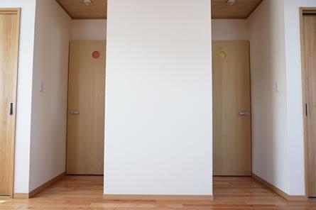 分かれた子供部屋の入り口の小窓には、かわいいカラーのアクセント。