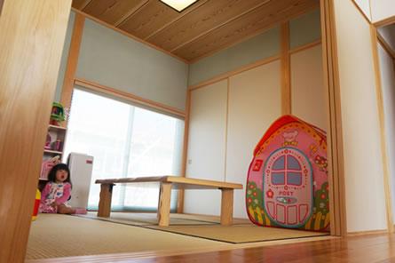 キッチンからもリビングからも見える和室はお子様のおもちゃ置場&遊び場に。