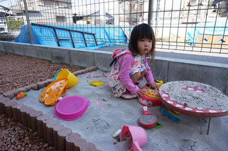 裏庭に作った専用砂場でお子さま大満足^^