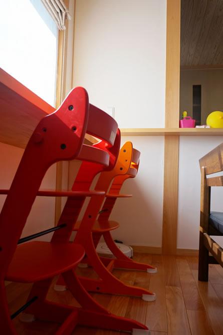 お子さんがお絵かきや勉強をするキッチンから見守れるテーブル。