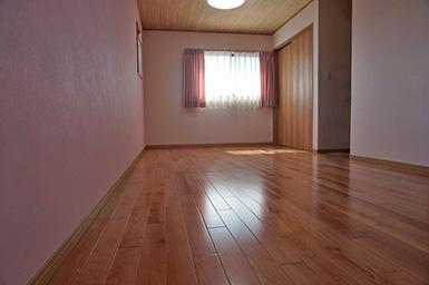 大きくなったら真ん中で仕切れる子供部屋。壁は一面だけピンクに。